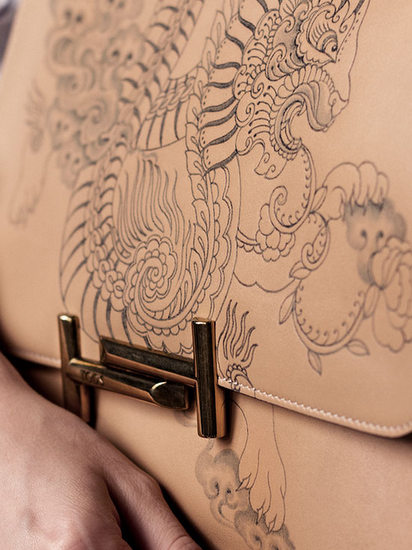Style Report: Tattoo Your Bag. Samenwerking tussen Tod's en tattoo artiest Saira Hunjan.